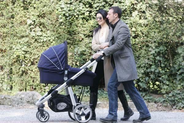 Amadeus e Giovanna Civitillo genitori felici al parco