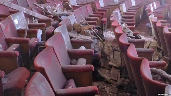 L'interno del teatro dopo il crollo