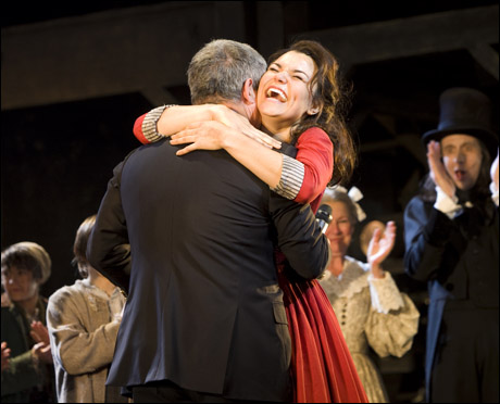 Cameron Mackintosh e Samantha Barks (foto da Playbill on line)