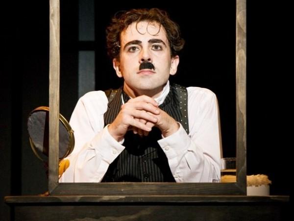 Rob McClure è Chaplin