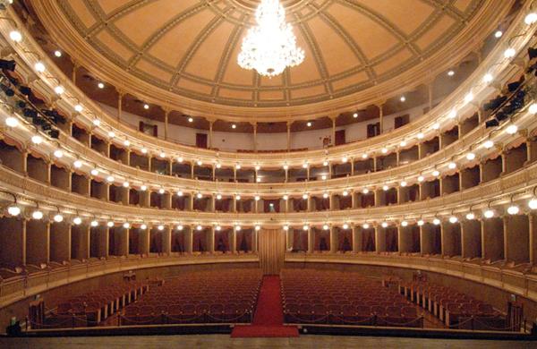 Il bellissimo Teatro Coccia di Novara, sede della scuola