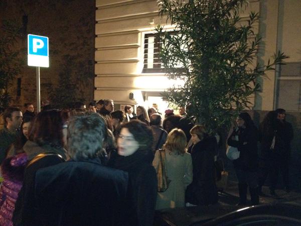 Il pubblico attende gli attori all'ingresso artisti del Teatro Brancaccio dopo lo spettacolol