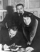 Nina Vinchi con Paolo Grassi e Bertolt Brecht nel 1956
