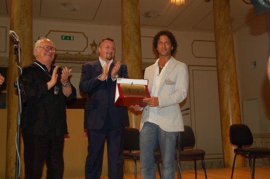 Elio Pandolfi consegna il premio a Edoardo Luttazzi