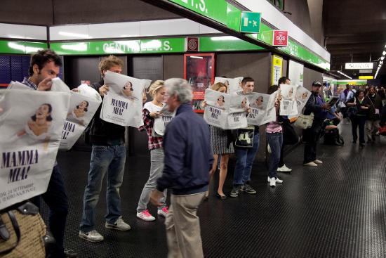 """Gli strilloni di """"Mamma Mia!"""" in metropolitana a Milano (foto Goigest)"""