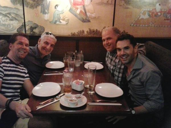 Federico Bellone con Dan Mojica, coreografo, Glenn Casale, regista, e Dennis Castellano, direttore musicale