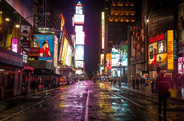 Una spettrale Times Square nei giorni di Sandy