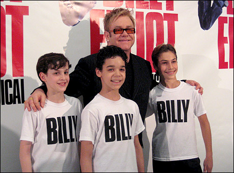 I tre interpreti con Elton John, autore delle musiche dello show
